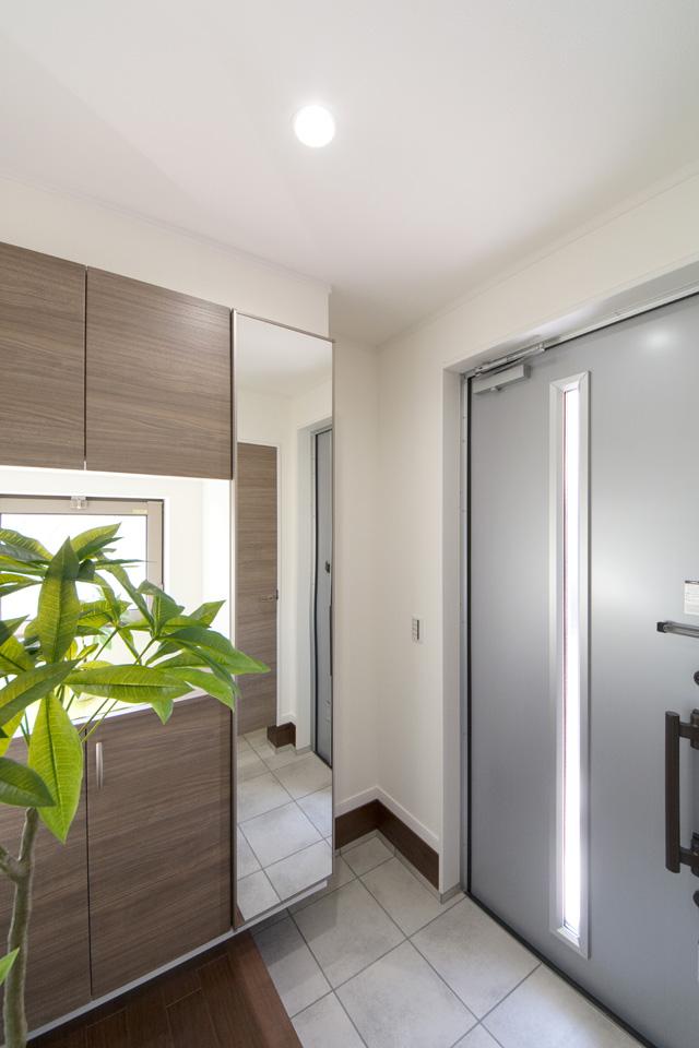 光が差し込む玄関ホール。シルバーの玄関扉が明るくスッキリとした印象を与えます。