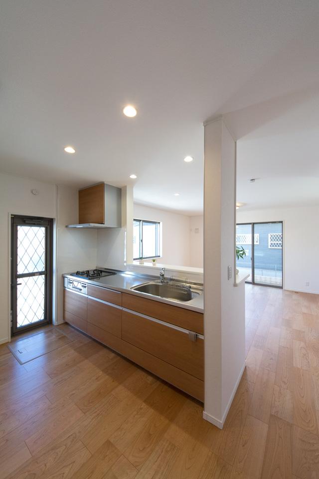 天然木の表情や色合いを表現したブラウン系扉カラーでナチュラルな印象のキッチン。