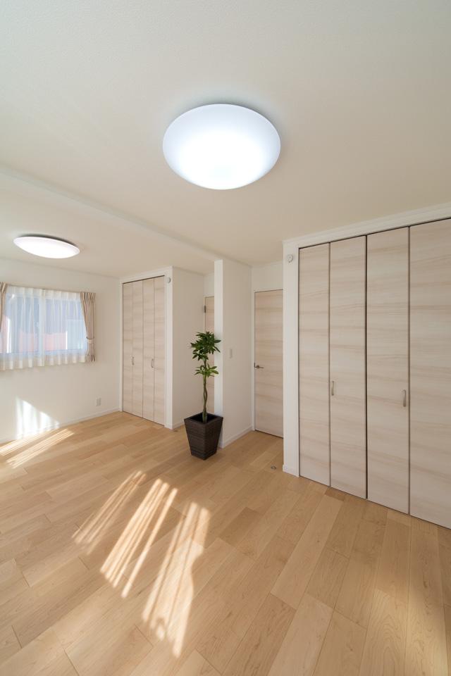 2F洋室。将来的に壁を設けて仕切れるので、ご家族の成長に合わせてフレキシブルにご利用できます。