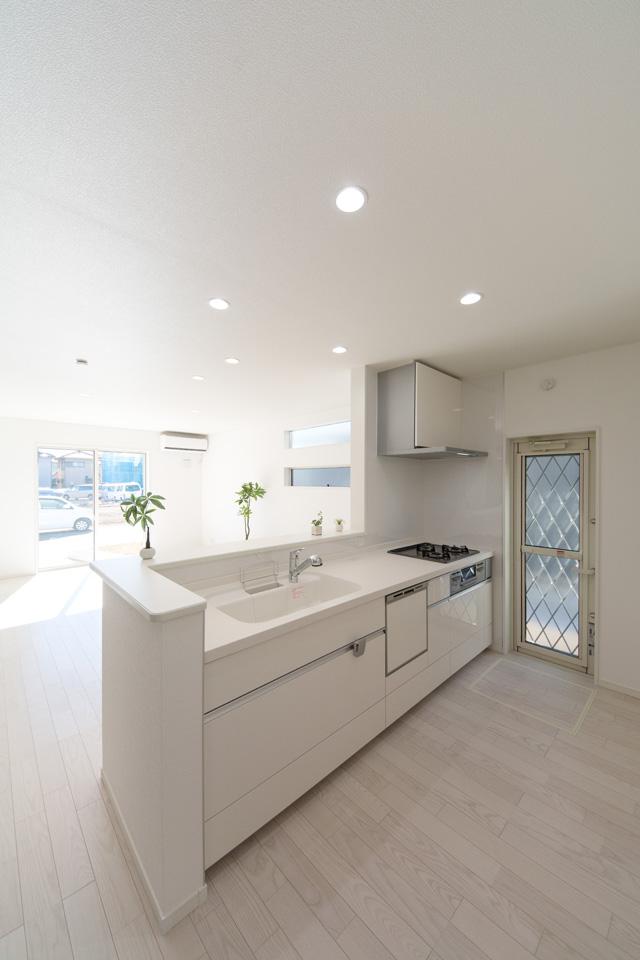 白を基調とした清潔感あるキッチン。キッチンから見渡すリビングには明るい陽射しと心地よい風が降り注ぎます。