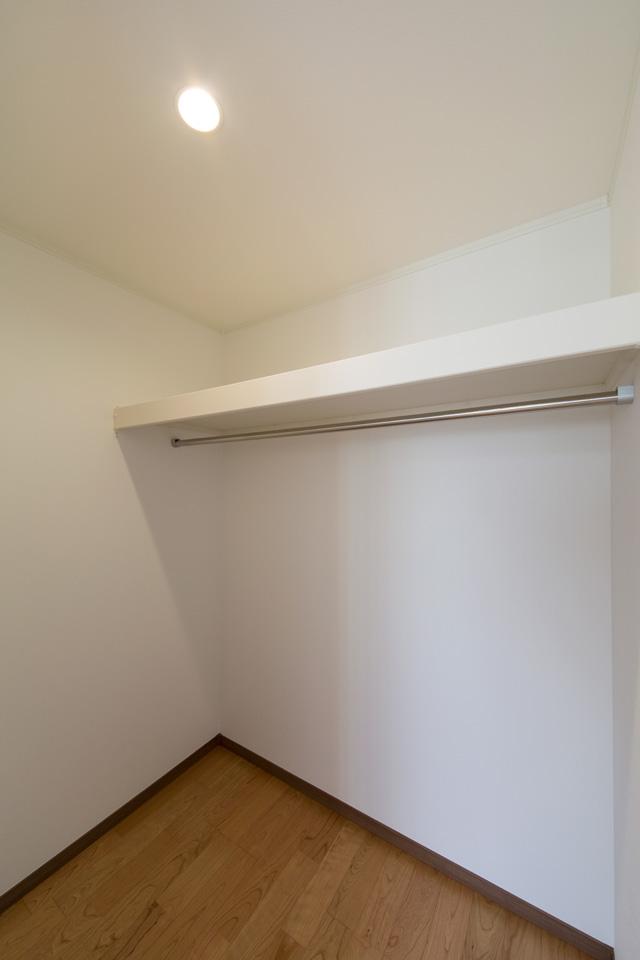2F洋室に設えたウォークインクローゼット。