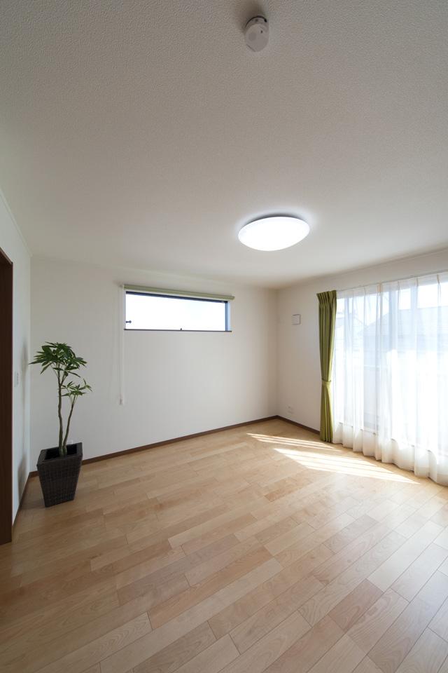 窓から自然光が入る明るい2F洋室。