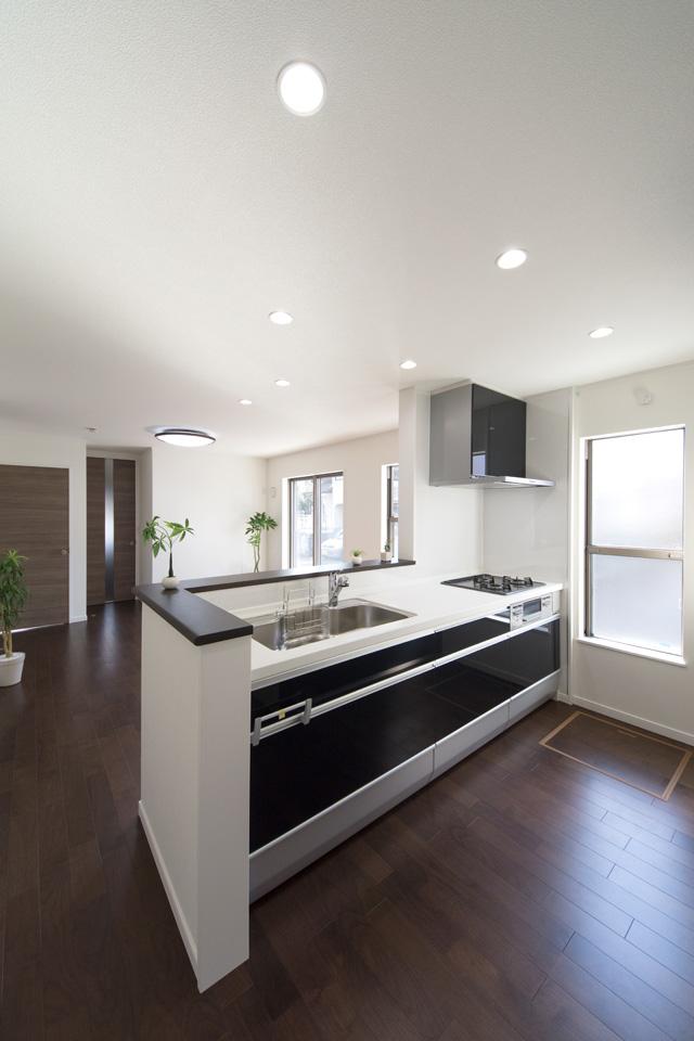 キッチンは、白を基調にダークブラウンのカウンターと光沢のあるクリスタチャコールの扉を組み合わせました。