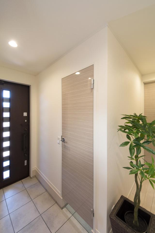 室内に持ち込めない、ベビーカーやスポーツ用品、アウトドアグッズなどの収納に便利な扉付シューズクロークを備えた玄関。