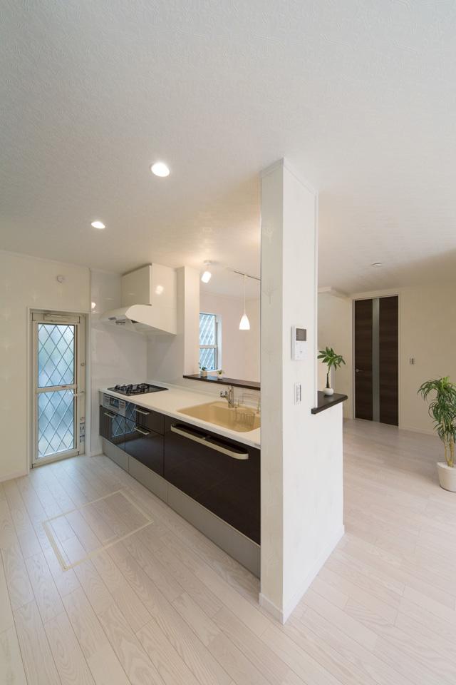 シックで美しい光沢を放つダークカラーのキッチン扉。