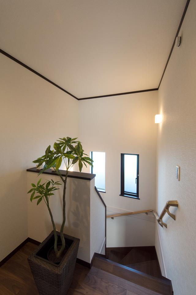 2連縦すべり出し窓を設置し、通風も採光も良好な階段。