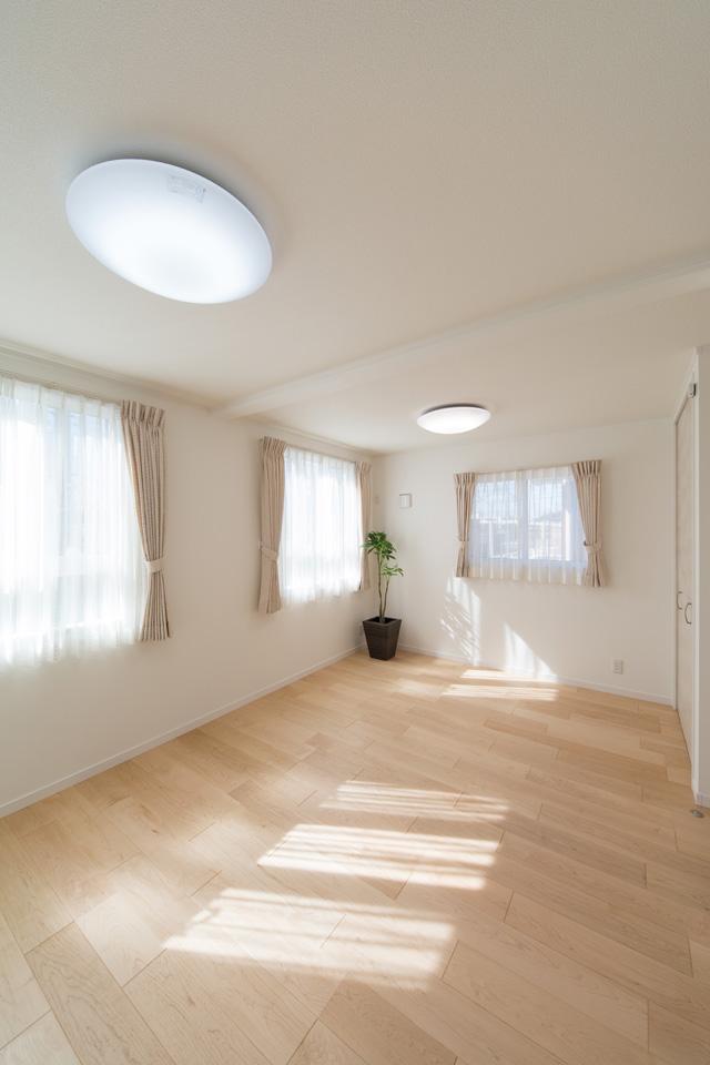 窓から自然のやさしい光が降り注ぐ2F洋室。