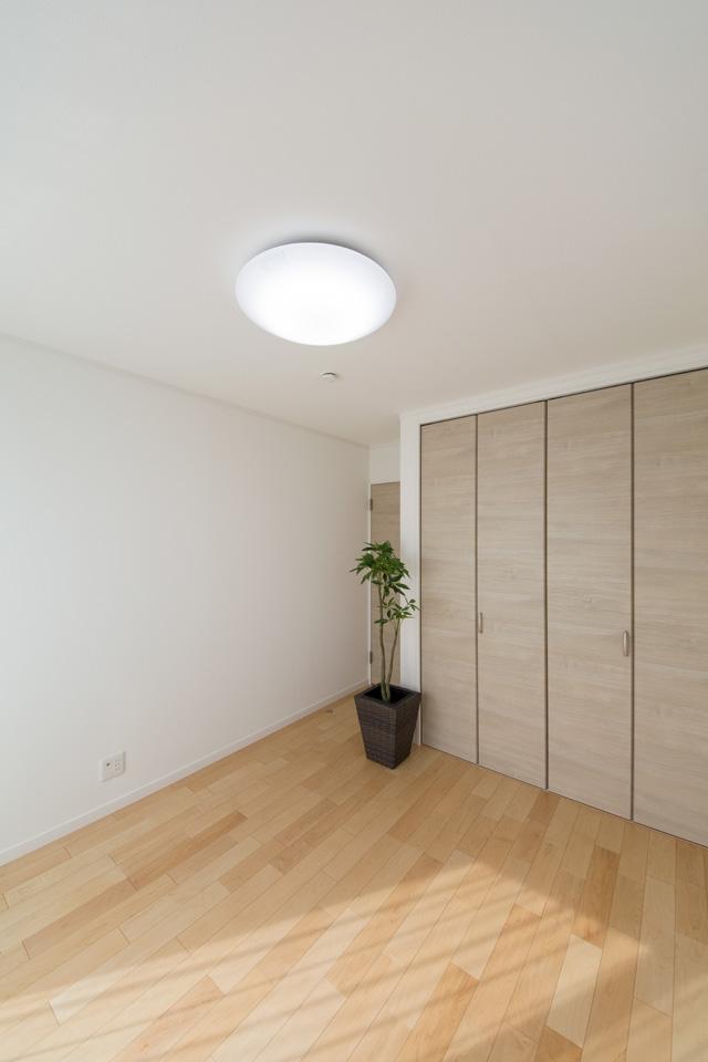 2F洋室。建具はミルクティーのような、クリーミーな木目カラーでやさしくリラックスできる色合いです。