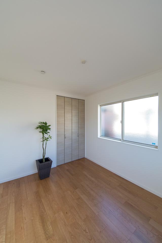 2階洋室/ブラックチェリーのフローリングがナチュラルな空間を演出します。