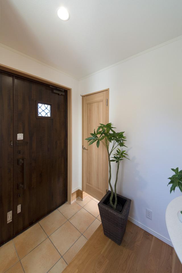 扉付き土間収納のある便利な玄関。ナチュラルな配色で暖かみのある空間に。