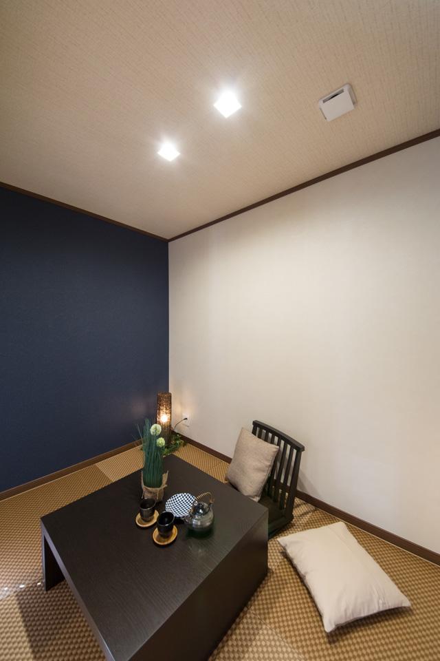 紺色の和調クロスは和紙の風合いで、白いクロスとブラウンの畳との組合せが和モダンな空間を演出します。