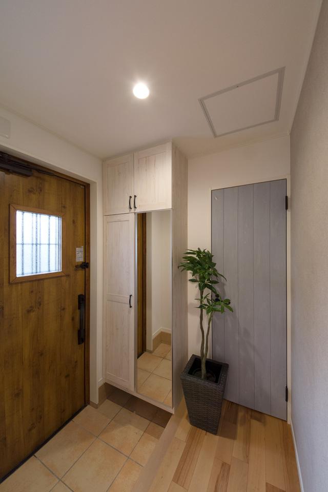 シャビーシックなテイストのドアや収納BOXに囲まれ、自然を感じる玄関ホール。