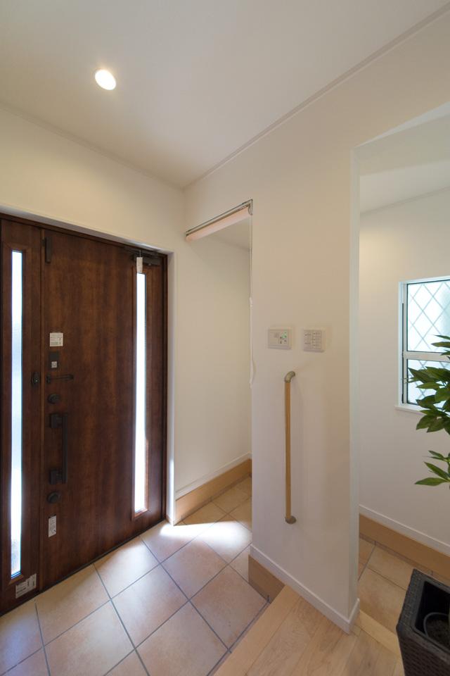 玄関の昇り降りをやさしくサポートする手摺を設置しました。