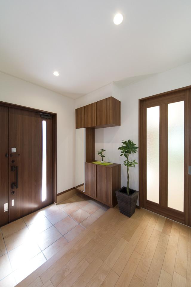 ゆとりのある玄関ホール。縦スリットから光が差し込み、開放的で明るい空間を演出。