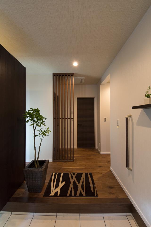 大人の雰囲気漂う、落ち着いた玄関ホール。玄関の昇り降りをやさしくサポートする手摺を設置しました。