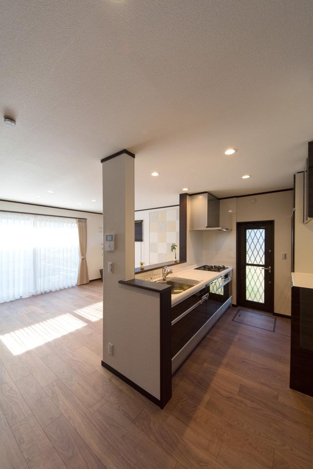 光沢と深みのある木目調ダークブラウンのキッチン扉はエレガントな空間を演出します。