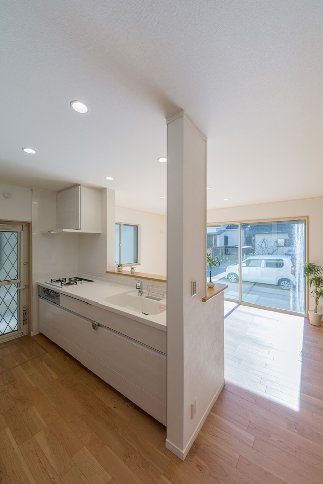 キッチン扉は木目調のアイボリーでナチュラルな印象です。