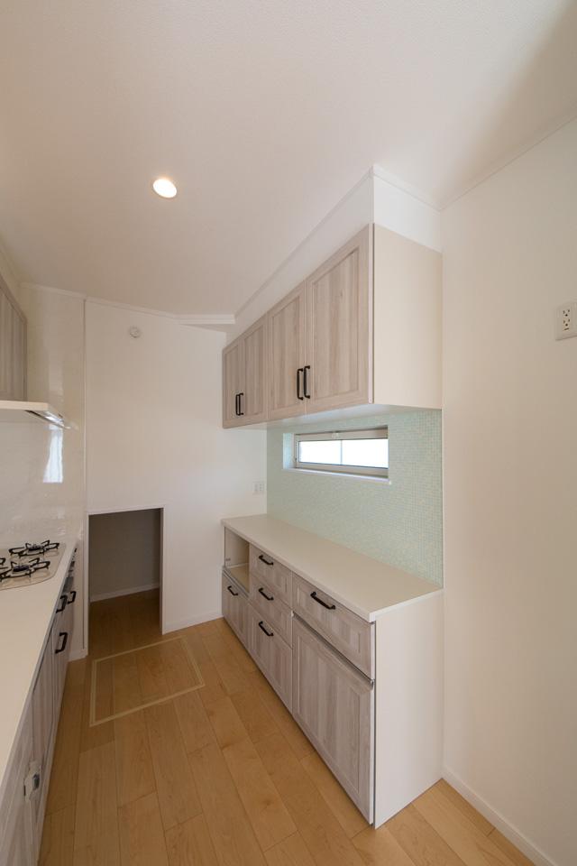 キッチン横にある階段下収納。ミネラルウォーターなど様々なものがストックでき便利です。