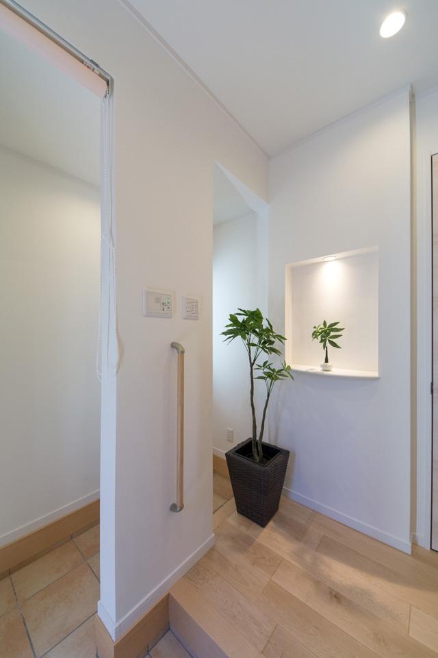 玄関ホール前のニッチ。アイテムに光を当てると、より雰囲気のあるインテリアを演出できます。