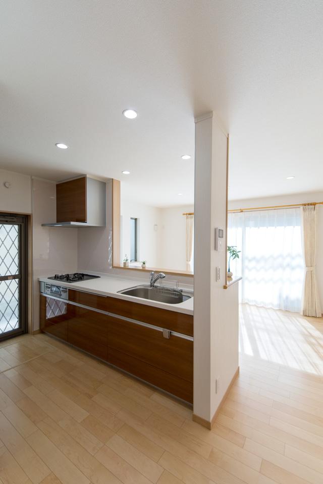 ライトウォルナットのキッチン扉が、ナチュラルな雰囲気をプラス。