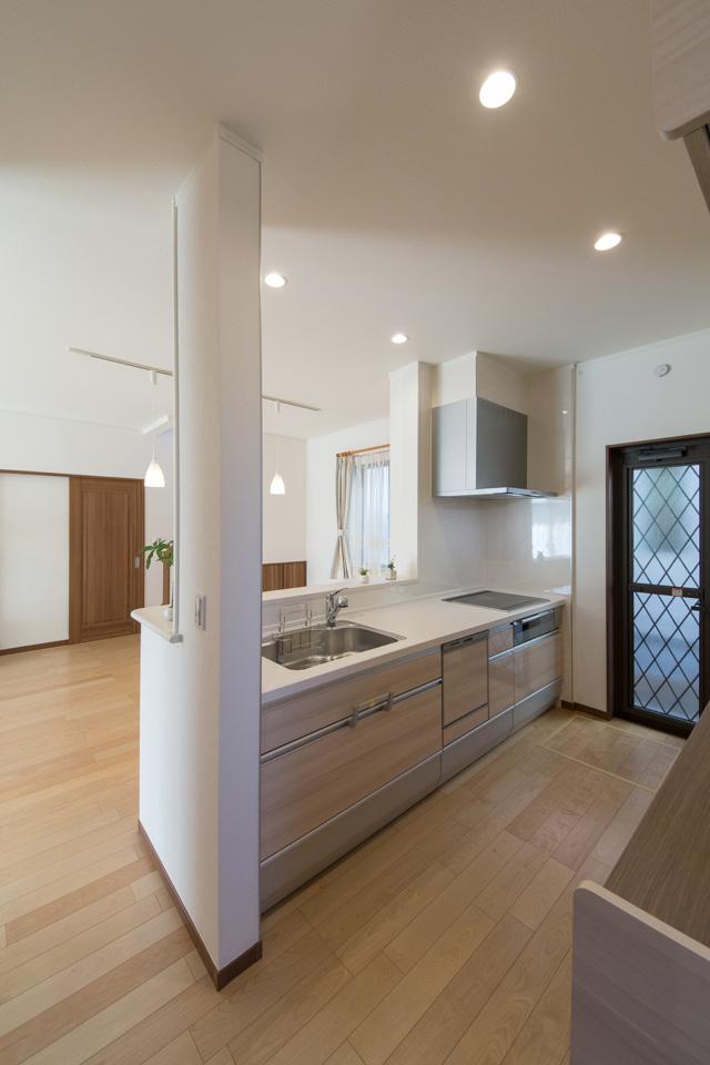木目調アッシュ系のベージュでナチュラルな印象のキッチン扉。