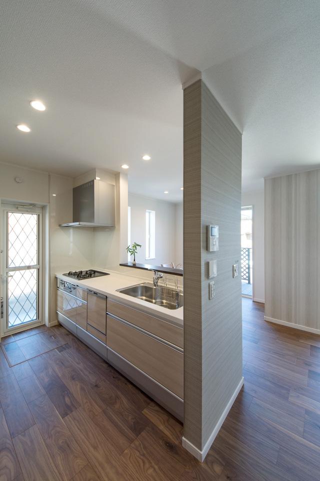 木のやさしい風合いの扉カラーがナチュラルな印象のキッチン