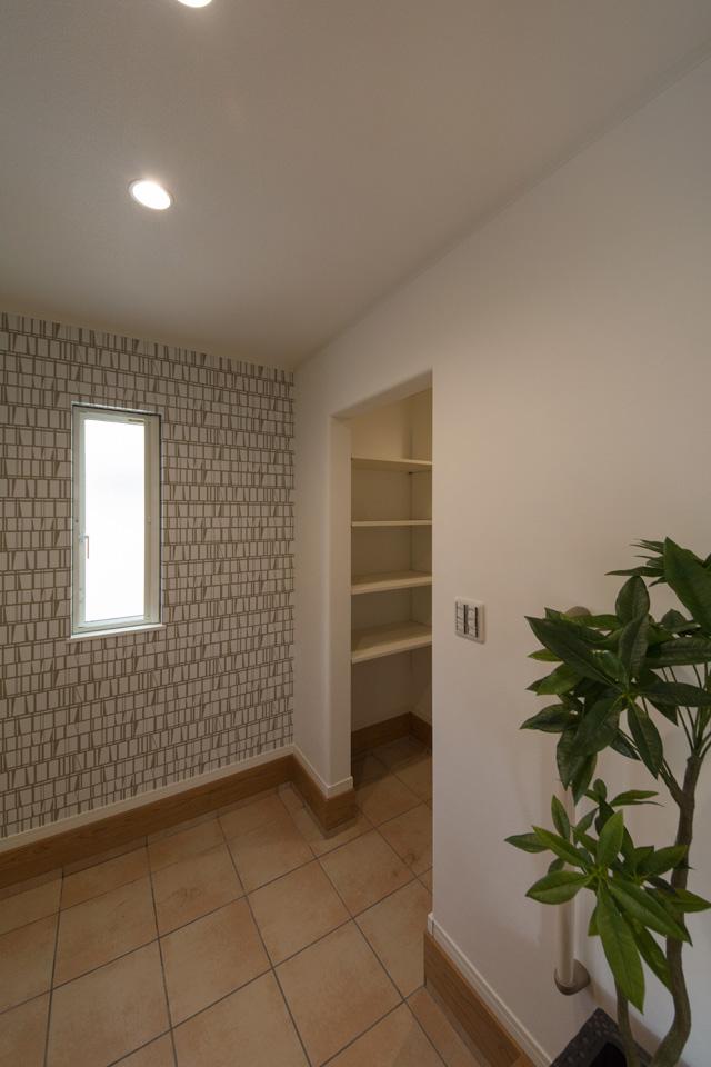 シューズインクロークのある便利な玄関。ナチュラルな配色で暖かみのある空間に。