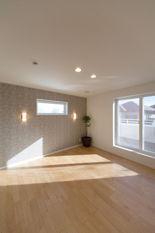 2F寝室。さりげなくゴールドが輝く、ヨーロピアン調の上品なアクセントクロスに、ブラケット照明の温かい光が、エレガントな空間を演出します。