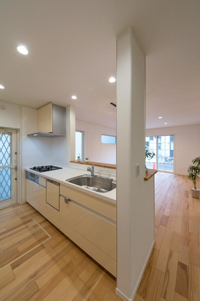 キッチンはホワイトをベースにミストイエローの扉を組み合わせ、ナチュラルでやさしい印象に。