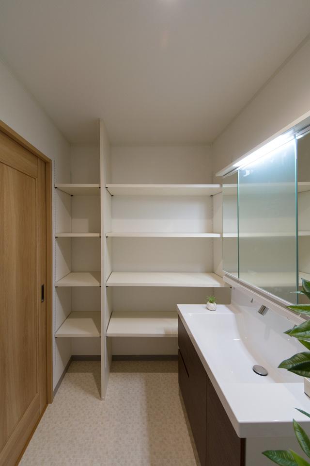 収納したい物によって自由に高さをカスタマイズできる、ダボレール棚を設置したサニタリールーム。