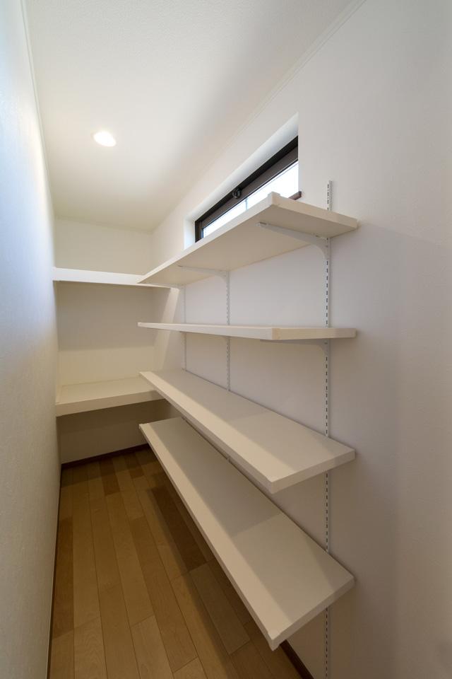 収納豊富なパントリースペース。収納したい物によって自由に高さをカスタマイズできて便利です。