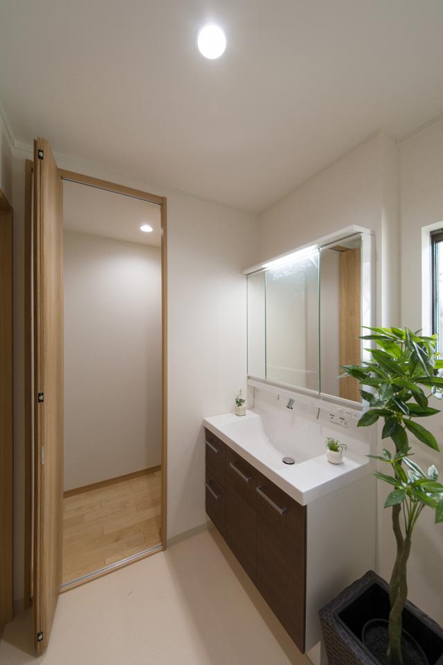 サニタリールームの奥の扉を開けると、そこには嬉しい収納スペースです。
