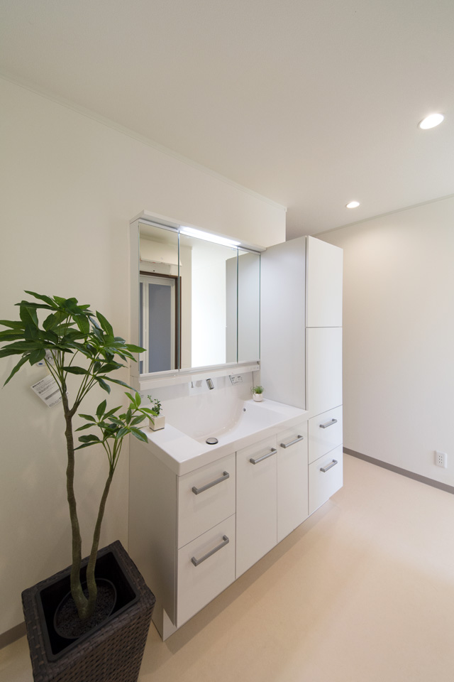収納たっぷり!清潔感のある白いワイドな洗面化粧台。