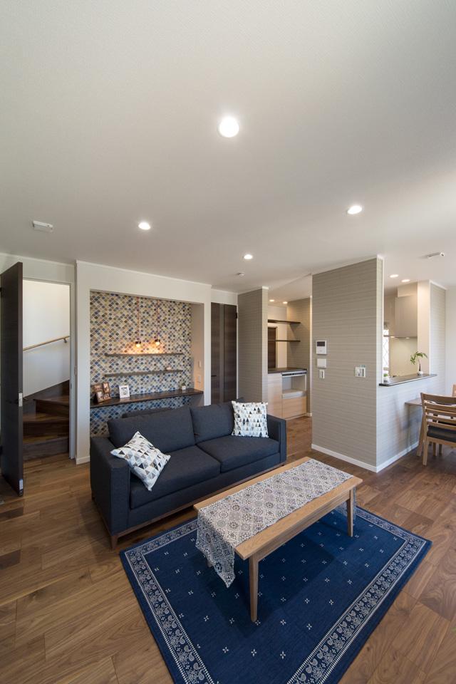 家族の帰宅が分かるリビング階段を採用しました。階段入口には扉を設置し、冷暖房効率を更にUPさせました。