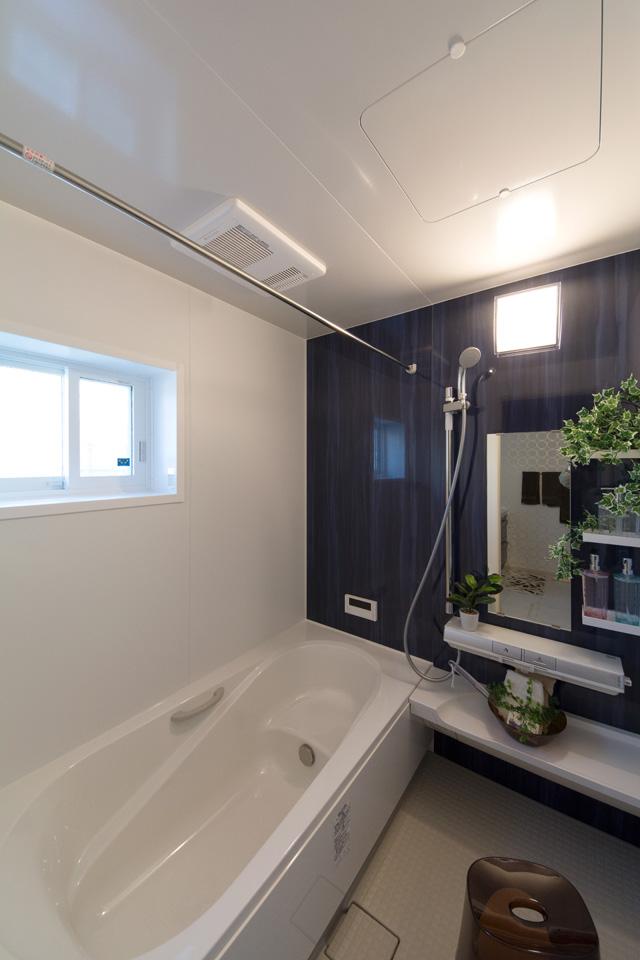 システムバスルームには静かでリラックスできる空間を演出するブルー系のアクセントパネルを設置しました。