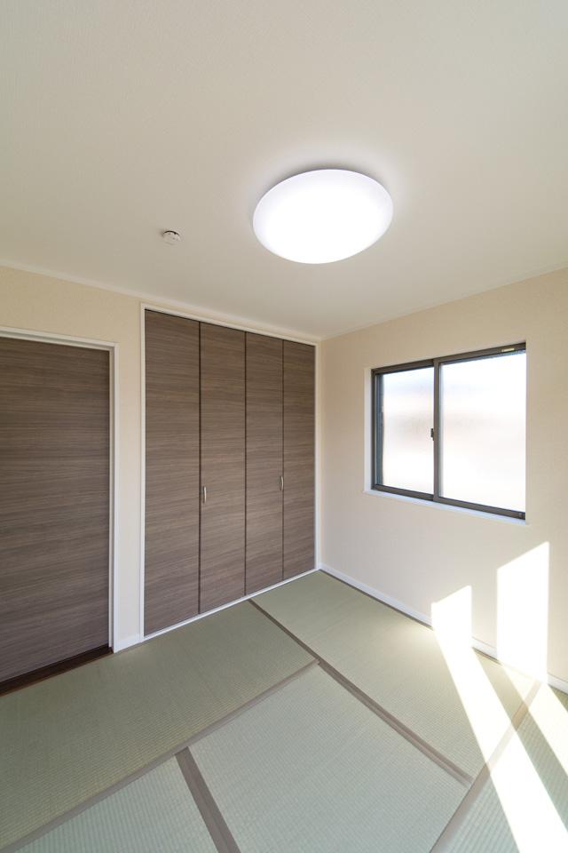 1F畳敷き洋室。畳のグリーンと、洋風クローゼットの木目調ブラウンが、和モダンな空間を演出します。