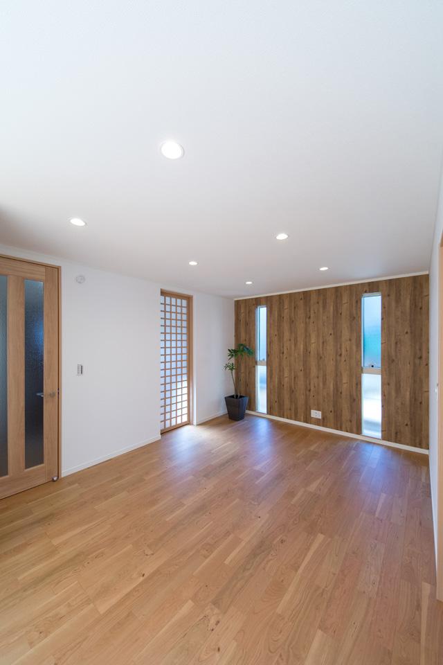 木の温もりを感じるパイン板目調のアクセントクロスがナチュラルな空間を演出。