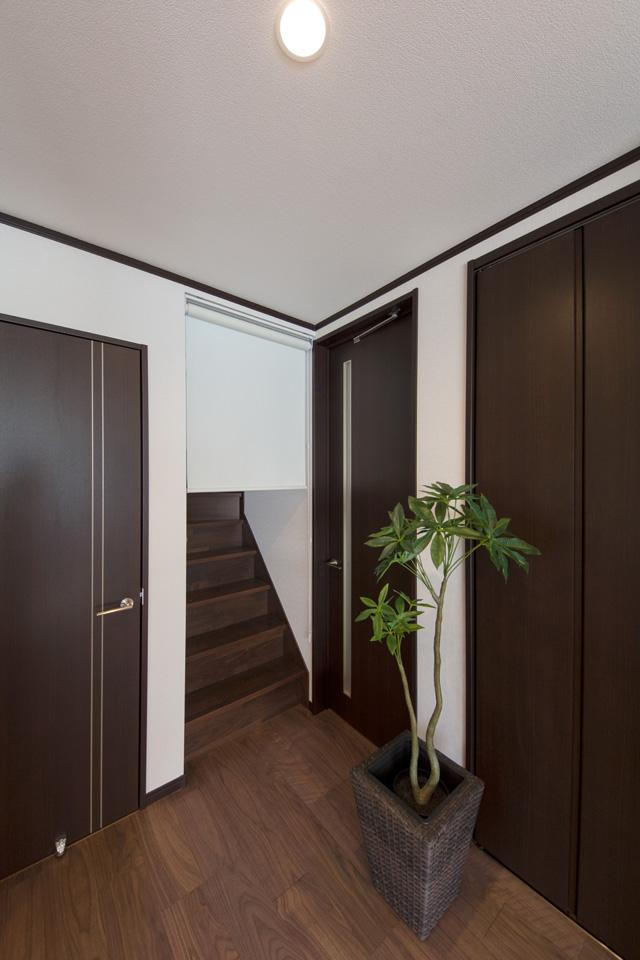家族の帰宅が分かるリビング階段を採用。階段入口にはロールスクリーンを設置し、冷暖房効率にも配慮いたしました。