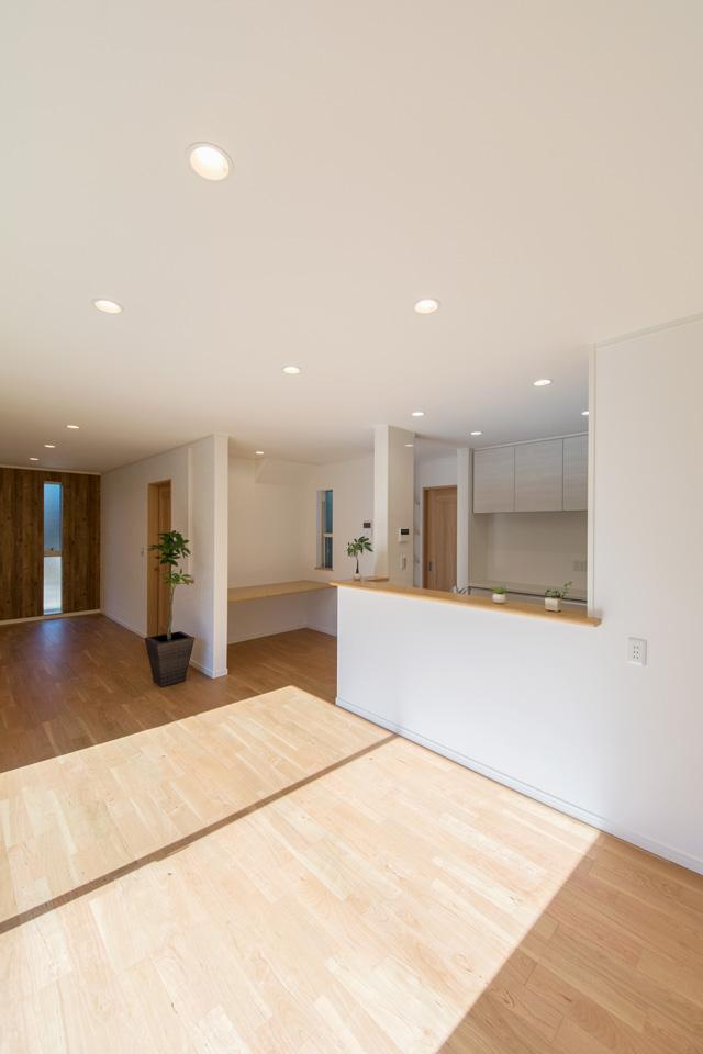 大きな窓から自然光が入る明るく開放的なダイニングスペース。