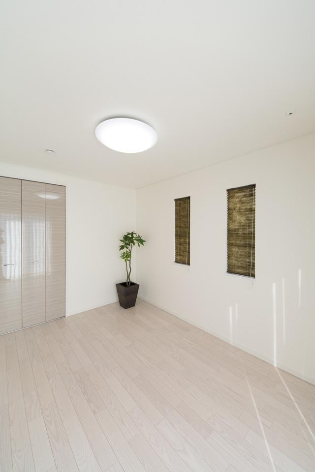 リビング隣の用途多彩な洋室は、ゲストルームとして使用できます。トレーニングマシーンなどを置いたり、趣味の空間にしても楽しめます。