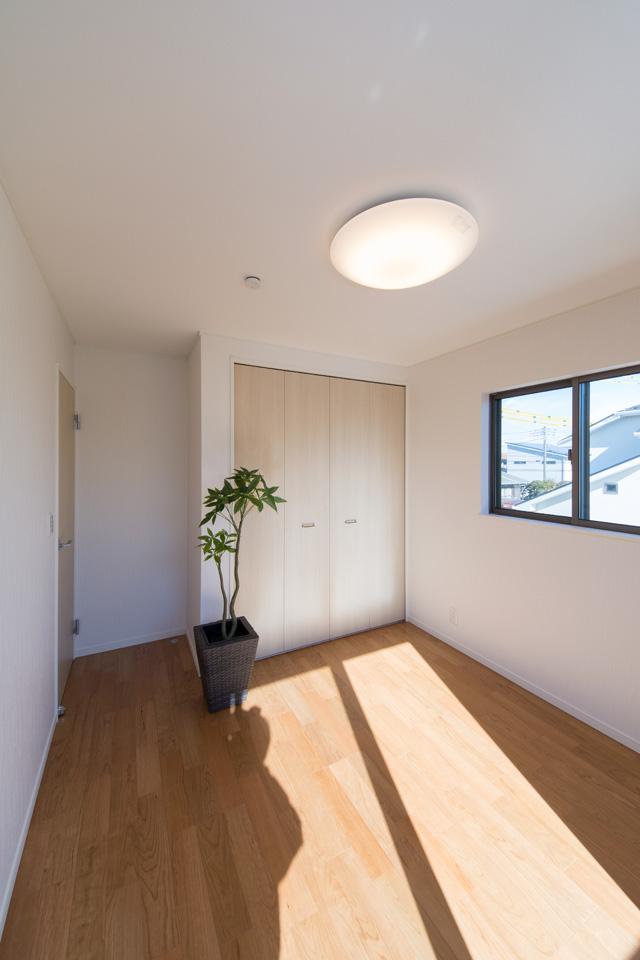 2F洋室。ブラックチェリーのフローリングが、ナチュラルなお部屋の雰囲気を演出します。