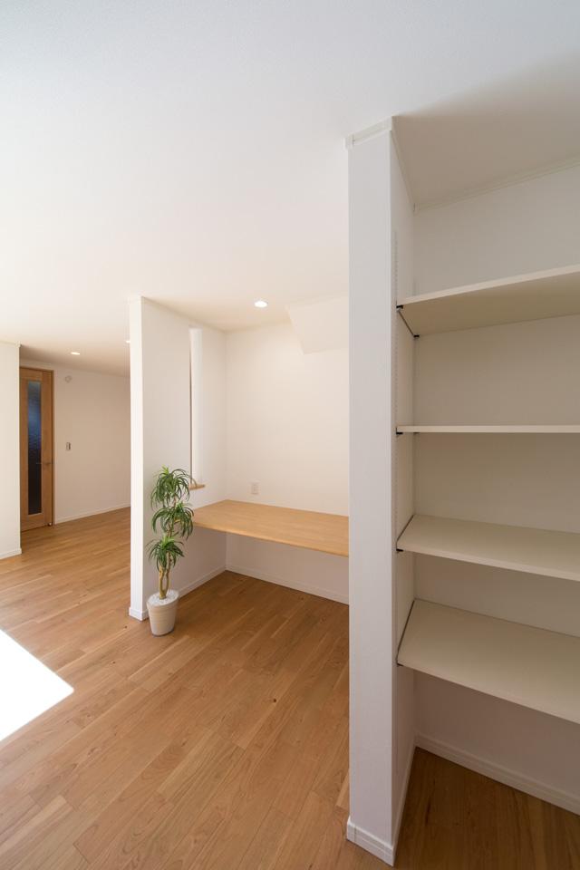 LDK内に書斎やスタディスペースとしてご利用可能なカウンターや収納を配置し、機能面も充実。