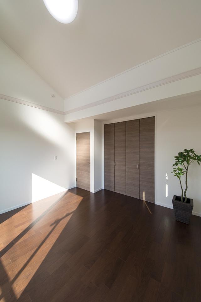 2F洋室。屋根の勾配に合わせて傾斜を持たせた勾配天井を設えました。空間が広がり、開放感を得られます。