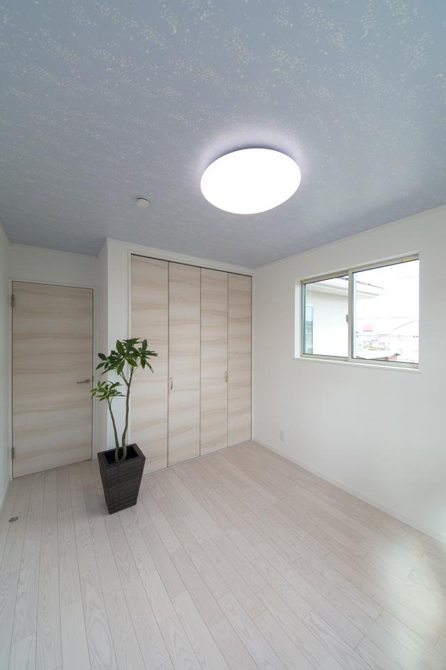 2F洋室。天井は、お部屋の電気を消すと、星が現れてプラネタリウムのような空間を演出する蓄光タイプです。