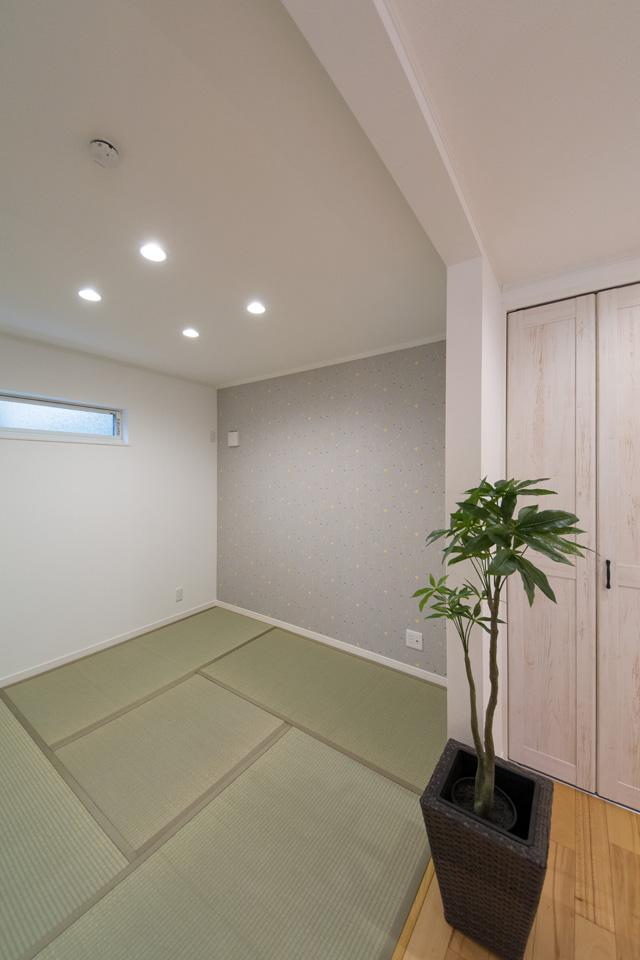 扉を無くして開放感をプラスした1階畳敷き洋室。花柄の和風クロスはオシャレで落ち着いた空間を演出します。