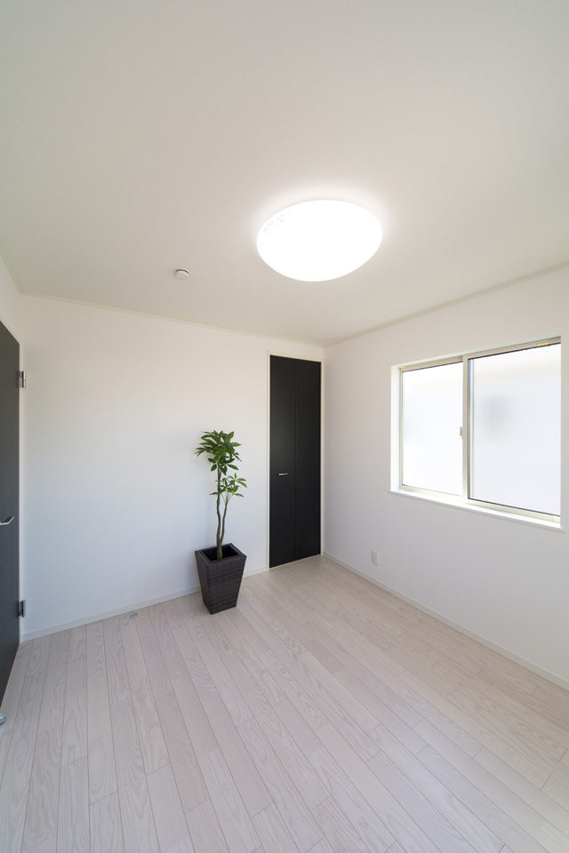 美しく清潔感あるアッシュホワイトのフローリング。インペリアルブラックの扉との組合せがホワイトモダンな空間を演出します。