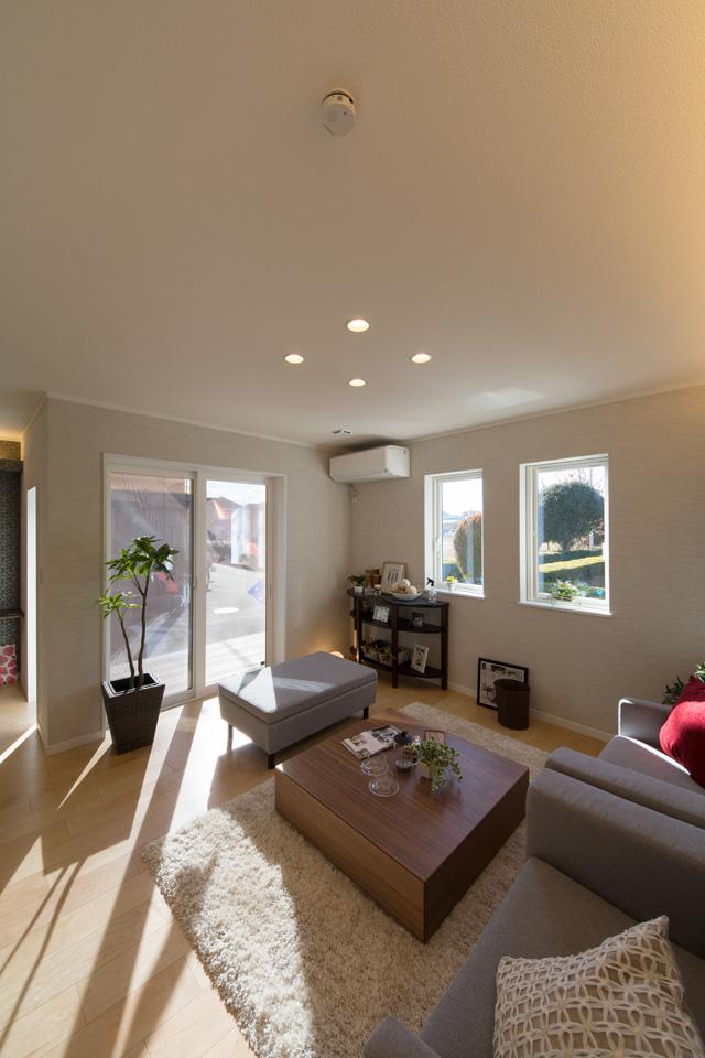 囲むように設置された窓から差し込む日差しが空間に新たな彩りを与えます。全ての窓に断熱性の優れたガラスとサッシを使用。