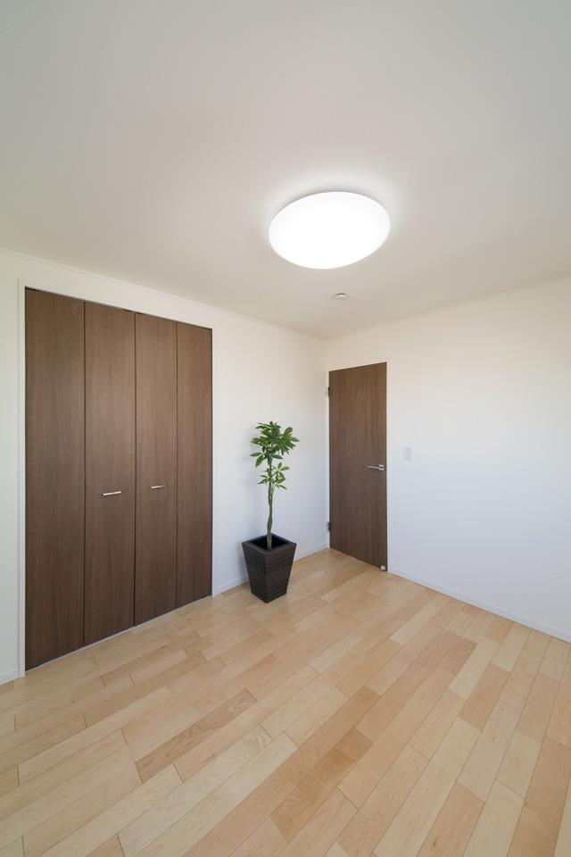 2F洋室。白を基調としたナチュラルで落ち着いた雰囲気のお部屋。