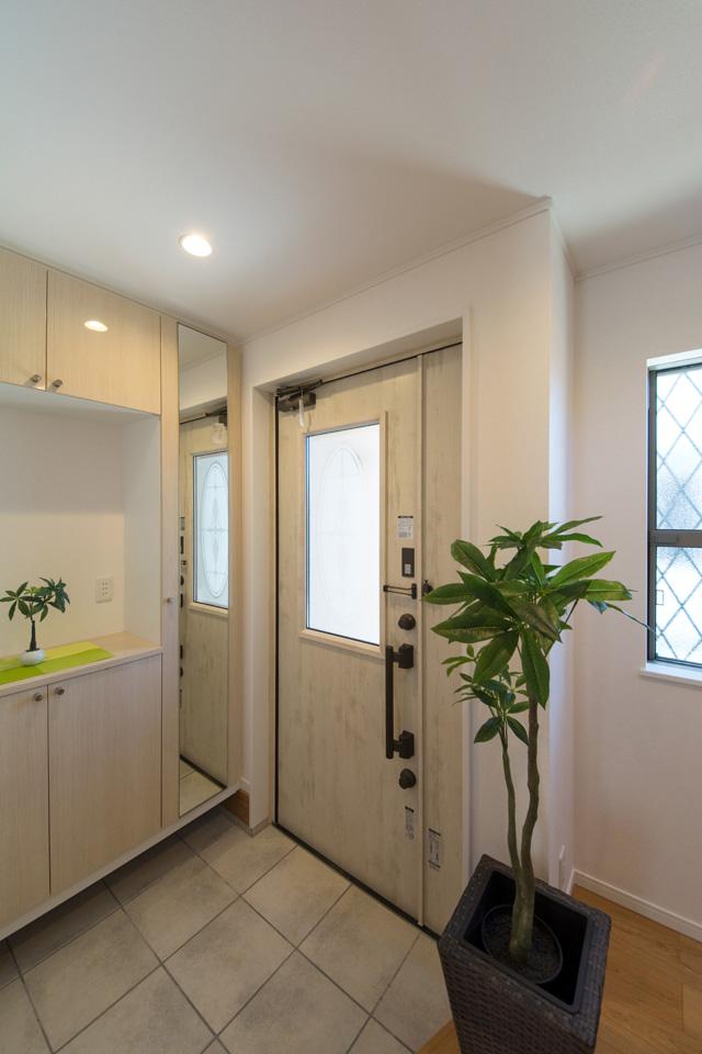 アンティーク調玄関ドアのガラス部分から差し込む光が、明るく開放的な空間を演出します。