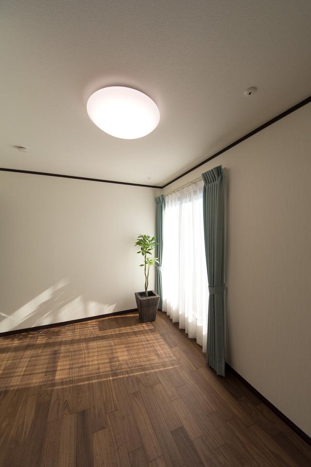 2F洋室。ウォールナットのフローリングが、落ち着いた空間を演出します。